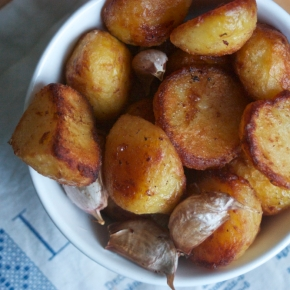 Buttery roast potatoes & garlic