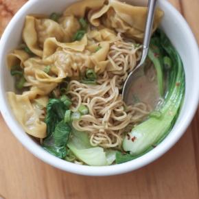 Pork wonton noodle soup (บะหมี่เกี๊ยวน้ำ)